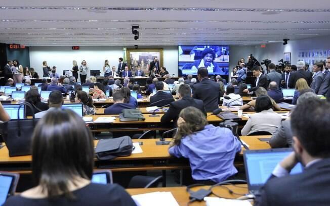 Comissão da reforma trabalhista na Câmara dos Deputados aprovou texto principal por 27 votos a 10