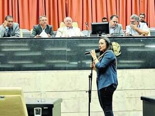 Isabella Filaretti.  Em plenária, vereadora se mostrou preocupada com sinalização em escolas da cidade