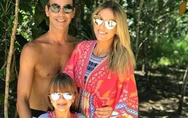 Ticiane Pinheiro, César Tralli e Rafaela Justus posam para foto durante férias
