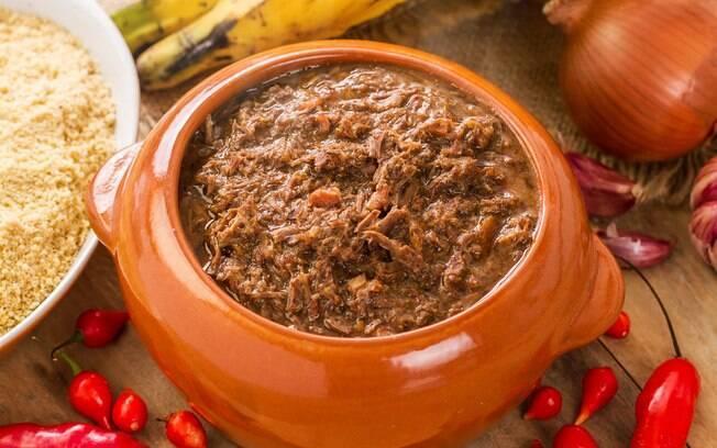 Feito tradicionalmente na panela de barro, o barreado é um prato muito popular em Morretes, no Paraná
