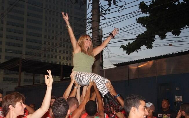Susana Vieira chega carregada em ensaio de carnaval