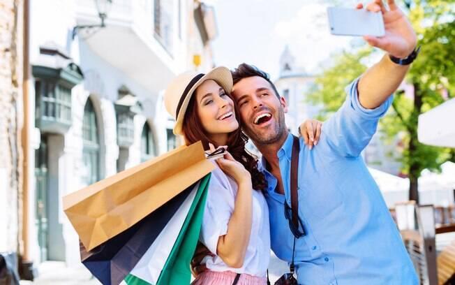 O namorado de aluguel pode conversar, tirar fotos, fazer compras e até dar opinião sobre que roupas você deve comprar