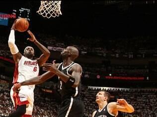 Com 22 pontos, LeBron James foi um dos destaques da vitória do Heat sobre os Nets