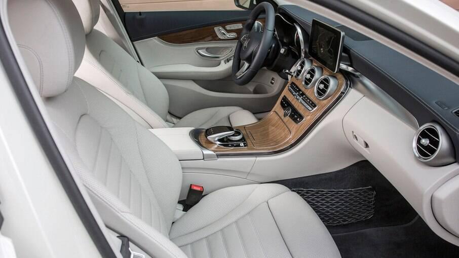 Interior da perua Mercedes C 220 de 2015 já era confortável e com recursos como seletor de modo de condução