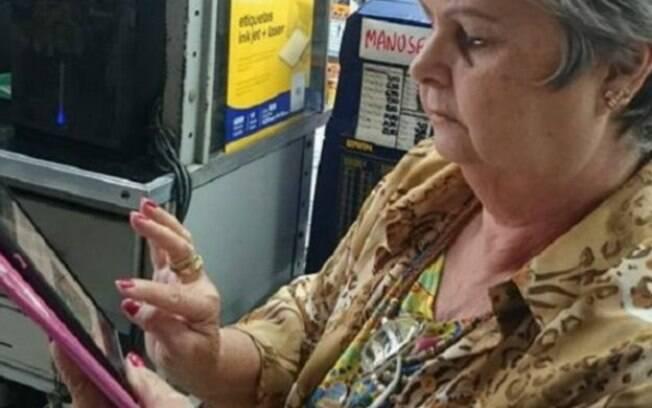 Maria da Graça Tostes comprou seu primeiro smartphone há três meses