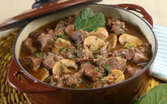 Foto da receita Carne ao vinho tinto com champignon pronta.