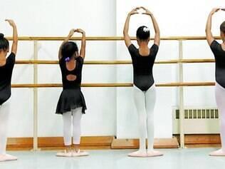 Artes. Estudo usa uma definição de treino que envolve uma variedade de atividades relacionadas, tais como tocar música e outras artes
