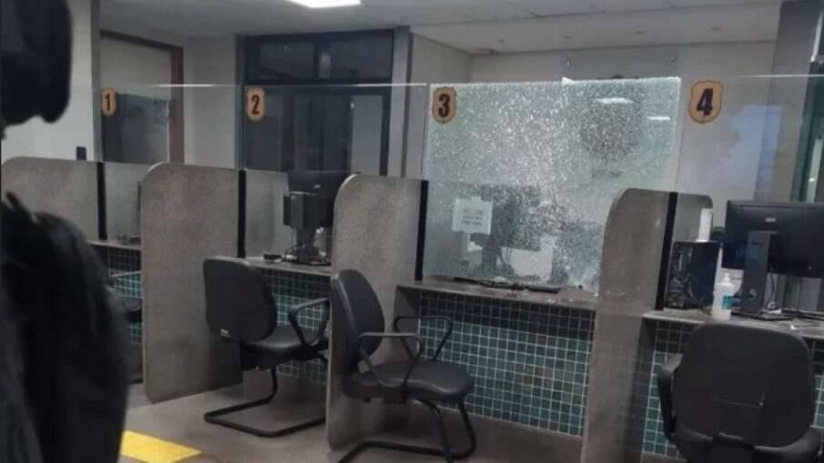 DF: Mulher tira arma de policial e atira para o alto em delegacia
