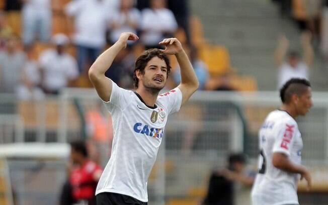Pato celebra gol em sua estreia pelo  Corinthians