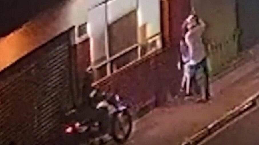 Momento em que uma das motos se aproxima das vítimas do arrastão