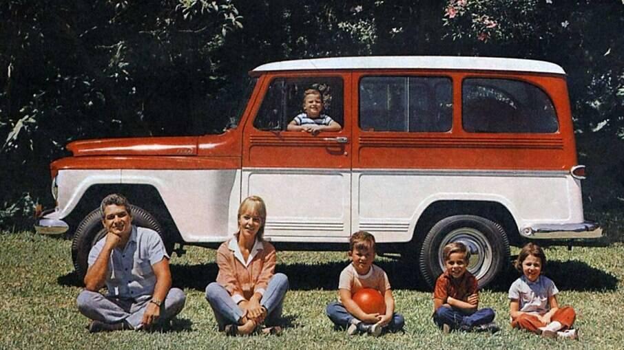 Rural Willys também linha versão de luxo, com calotas cromadas, pintura de dois tons, entre outros itens
