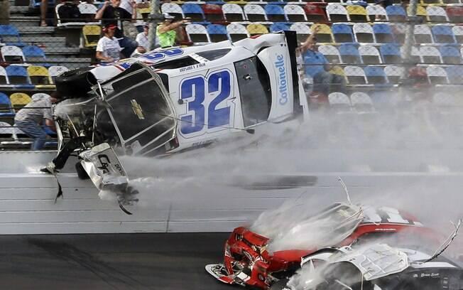 Carro de Kyle Larson sobe na grade de  proteção após forte batida com diversos veículos  na linha de chegada de corrida em Daytona