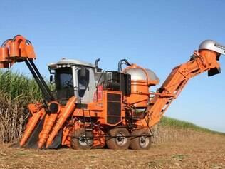 Cada vez mais modernas, colheitadeiras de cana exigem mão de obra capacitada para operacionalização
