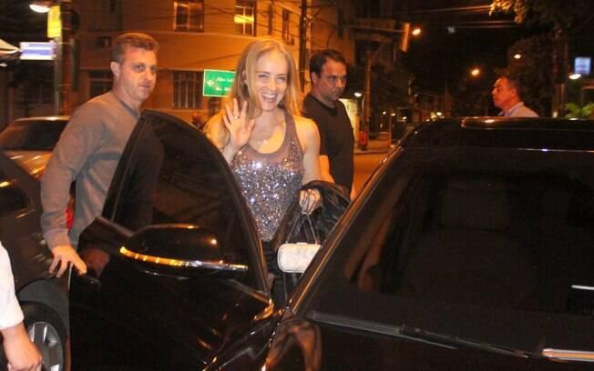 Angélica acena para fotógrafo antes de deixar restaurante
