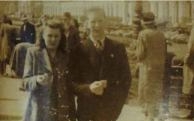 Uma foto do casal Edward e Constance durante passeio pelo litoral britânico