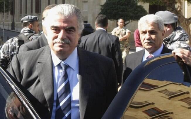 Rafik, à esquerda, fotografado deixando o parlamento em Beirute em 2005, minutos antes de ser morto