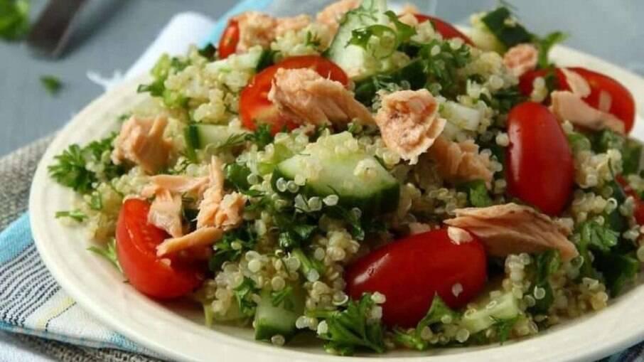 Salada de quinoa com atum e pepino para qualquer ocasião