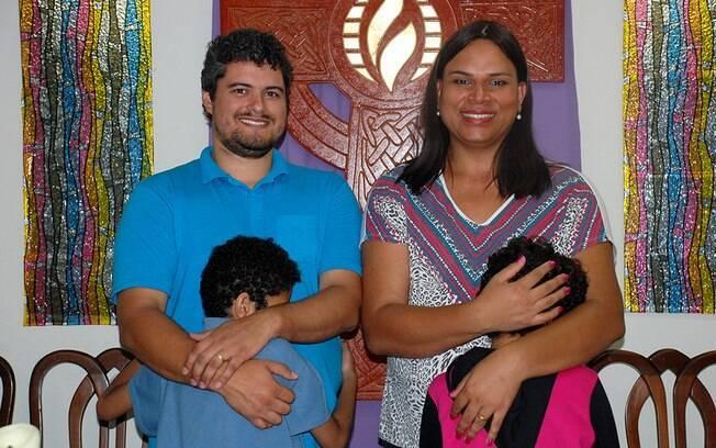 A pastora trans Alexya Salvador e sua família