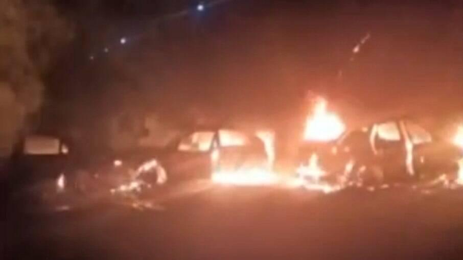 Carros queimados durante assalto em Jarinu, SP