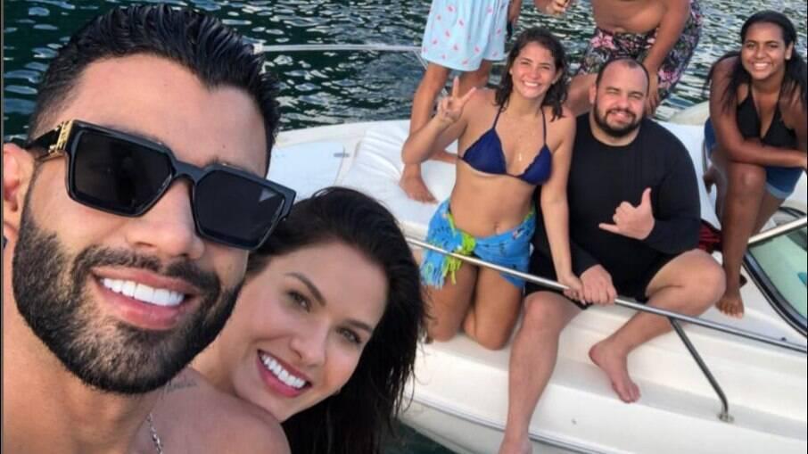 Gusttavo Lima e a modelo Andressa Suita com amigos em lancha neste domingo, 17