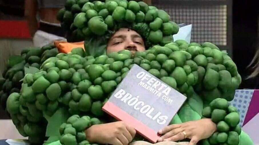 Projota vestido de brócolis por causa do Monstro