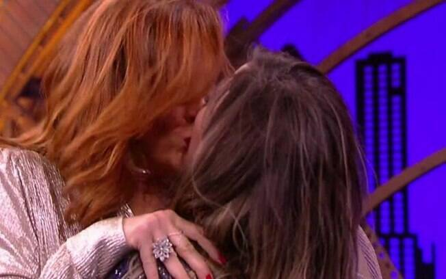 Tatá Werneck dá beijo em Claudia Raia