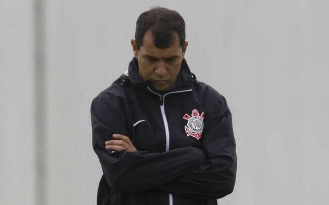Fábio Carille pensativo durante treino do Corinthians
