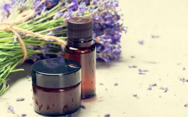 Bastante versátil, o óleo de lavanda tem ação calmante e analgésica, ótimo para combater o estresse