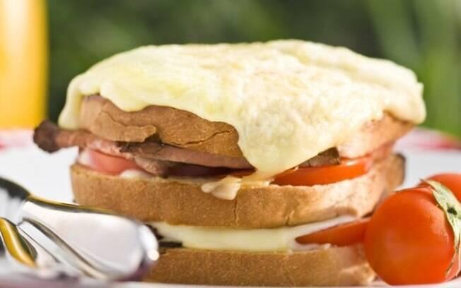 Muito rico em sabor, o sanduíche de rosbife rende até 4 porções