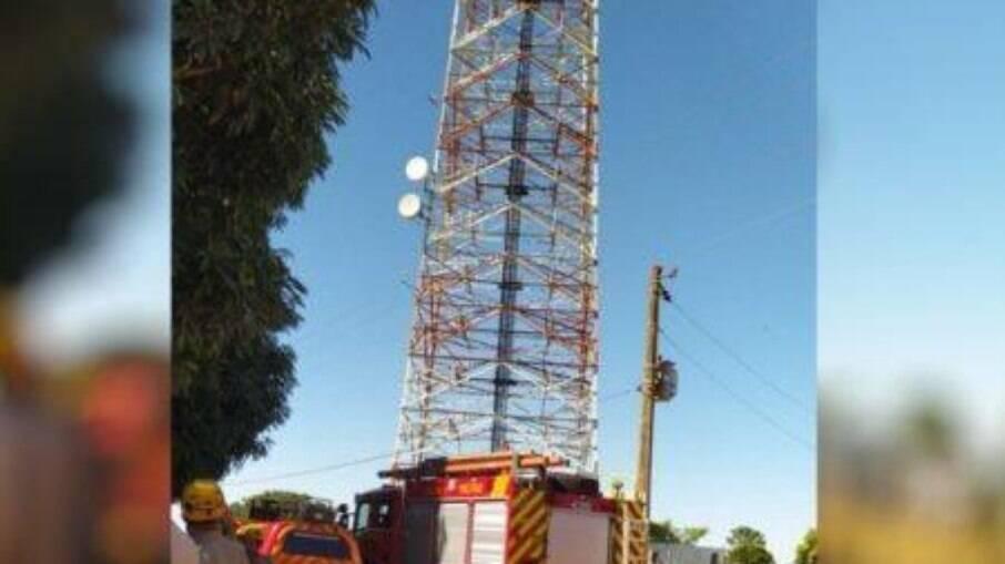 Homem é atacado por enxame de abelhas enquanto estava em uma torre a mais de 20 metros do chão
