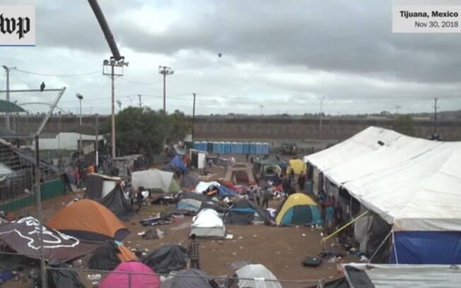 Pais e crianças vivem em péssimas condições na fronteira entre EUA e México