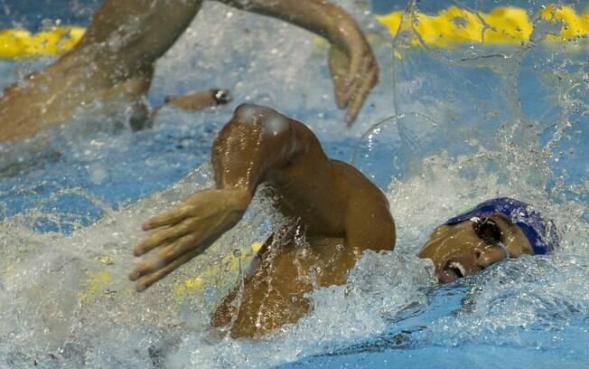Thiago Simon nadou a prova inteira com uma das lentes de contato descolocada. Foto: Rebecca Blackwell/AP