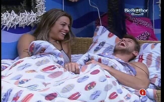 Monique e Jonas dividem a mesma cama no Quarto Praia