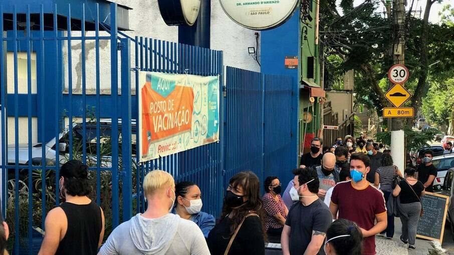 Fila para vacinação em posto de saúde de São Paulo