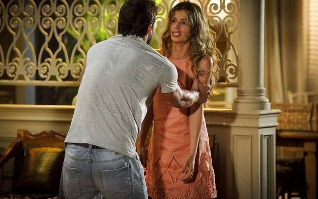 Cassiano (Henri Castelli) conta a Ester (Grazi Massafera) que Alberto (Igor Rickli) o traiu, em 'Flor do Caribe'