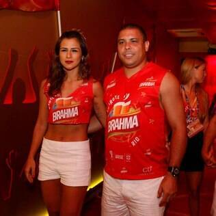 Ronaldo curte o carnaval com a noiva no Rio