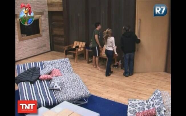 Marlon, Raquel e Valesca se despedem de Thiago, que faz questão de levá-los até a porta
