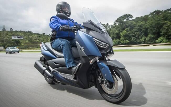 Yamaha XMax vem com rodas de 15 polegadas na frente com freios a disco e ABS, o que garante boa segurança durante a pilotagem
