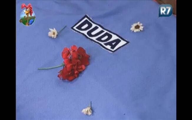 Peões deixam flores na cama de Duda