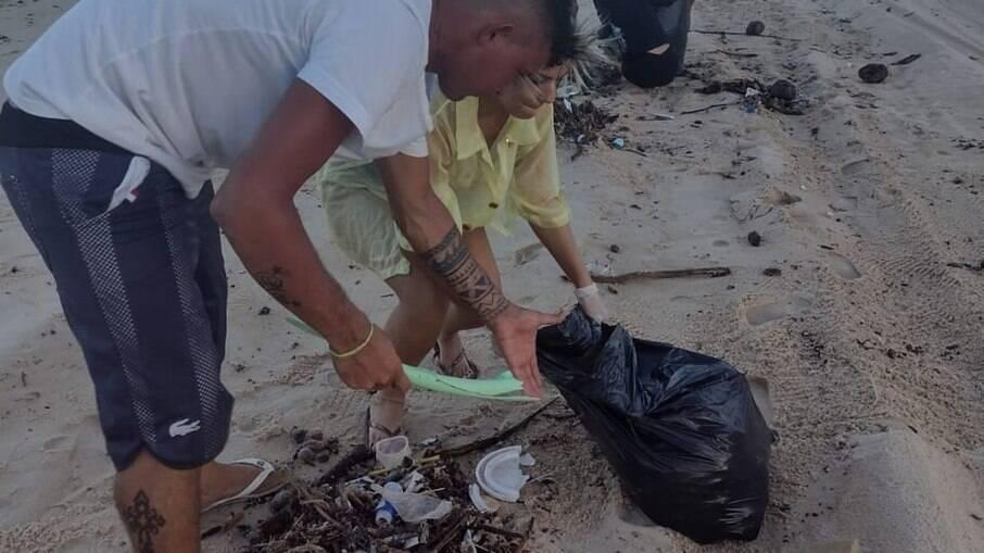 Moradores ajudam na coleta de lixo