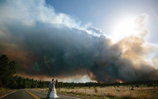 O fotógrafo Josh Newton aproveitou o fogo como cenário