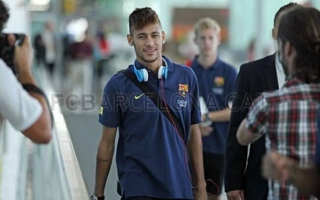 Neymar viaja para amistoso do Barcelona na  Polônia com status de estrela e atrair olhares e  fotos no aeroporto