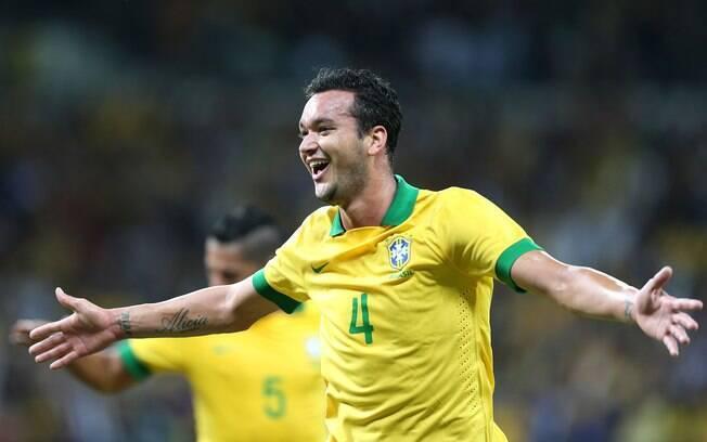 Réver comemora após marcar gol de empate do Brasil
