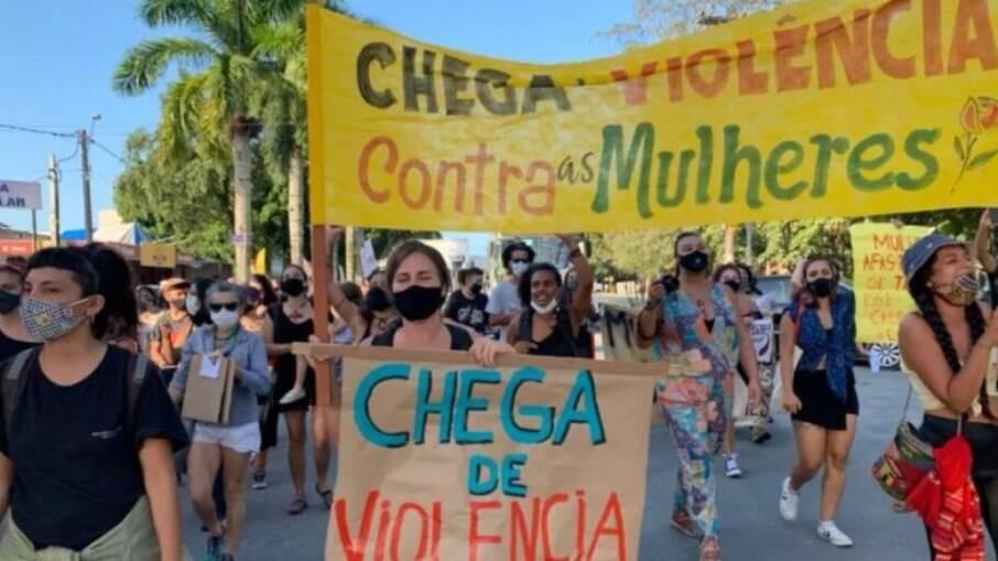 Policial dispara fuzil para acabar com manifestação de mulheres em frente à delegacia de Paraty, no Rio de Janeiro