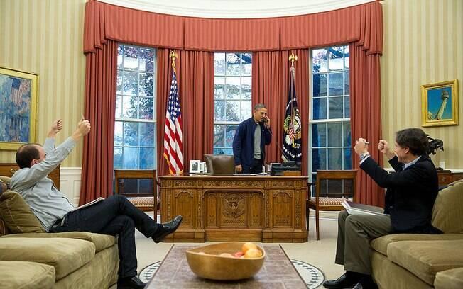Funcionários fazem sinal positivo enquanto Obama conversa como secretário de Estado John Kerry sobre negociações para acordo com o Irã (23/11/2013)
