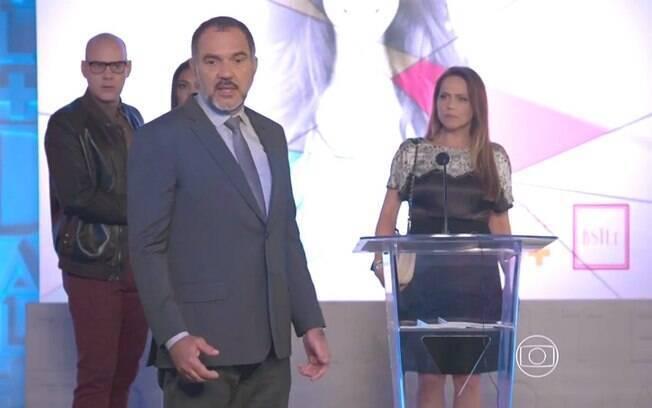 Germano (Humberto Martins) mantém concurso Garota Totalmente Demais, mesmo sob a desaprovação de Lili (Vivianne Pasmanter), em 'Totalmente Demais'