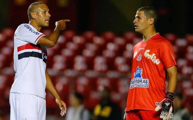 Luis Fabiano se estranha com Samuel, goleiro do Penapolense, que ajudou a equipe do interior a bater o São Paulo