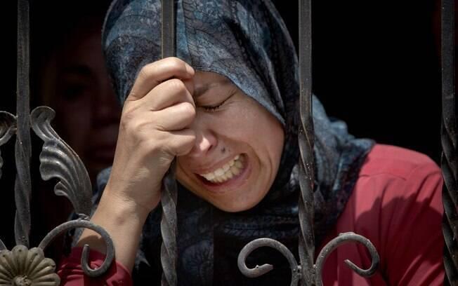 Palestina chora durante o funeral de Mohammed Yehya, que morreu em confrontos com tropas israelenses na aldeia al-Araqa na cidade de Jenin, Cisjordânia (28/04)