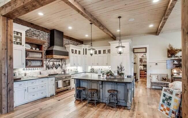 Na cozinha, a pintura desgastada, os tons desbotados e a predominância da madeira deixam tudo com jeito de fazenda