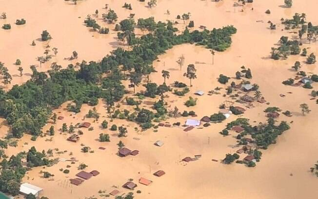 Pelo menos seis mil estão desabrigados em vilarejos próximos à represa; barragem no Laos se rompeu na noite de ontem
